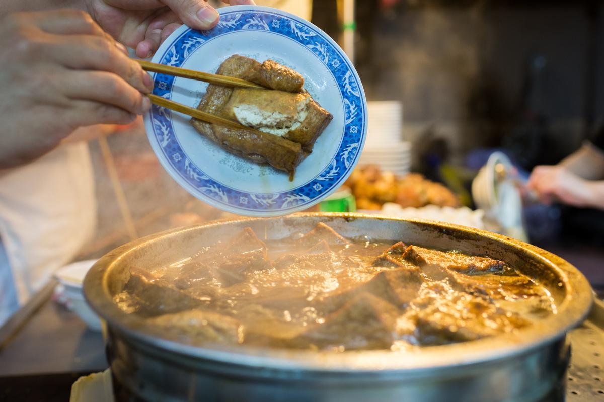 常客定會點份滷鍋裡的油豆腐。