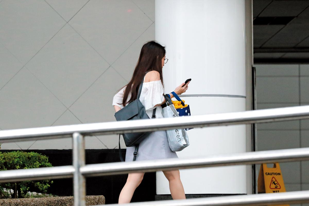 台大護士到府服務之後,只見戴著眼鏡的她一身露肩上衣、短裙,從背影看來姿色還算ok。