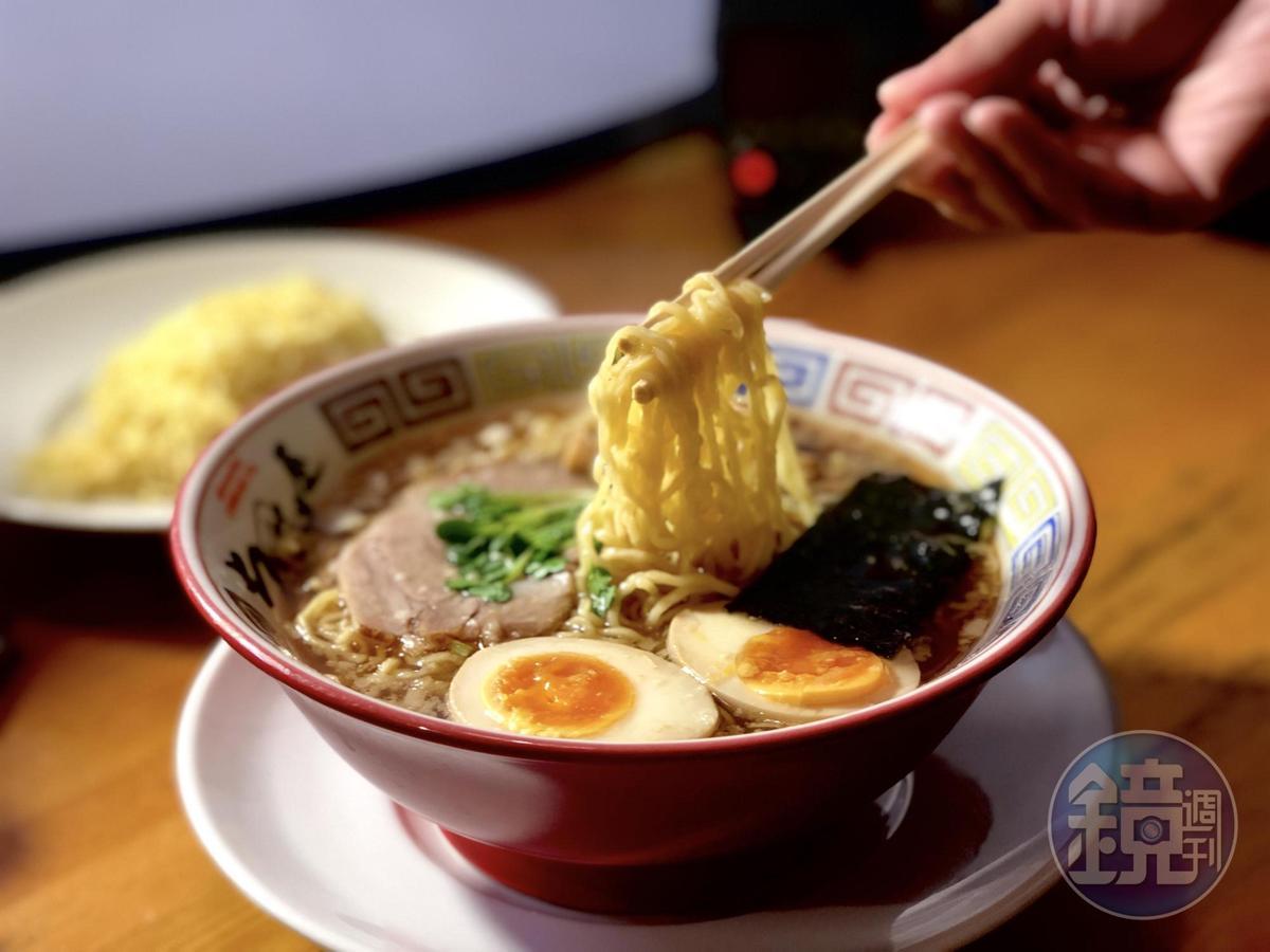 :醬油湯底的「支那そば」,是懷舊的昭和口味。(日圓730/碗,約NT$197)