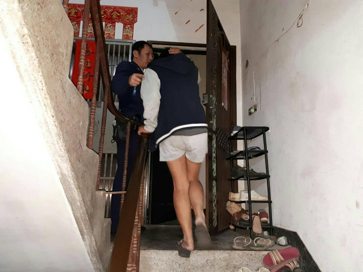 警方耐著性子將心情不好的李女戒護回家,還苦口婆心地勸她,希望她能夠想開點。(警方提供)