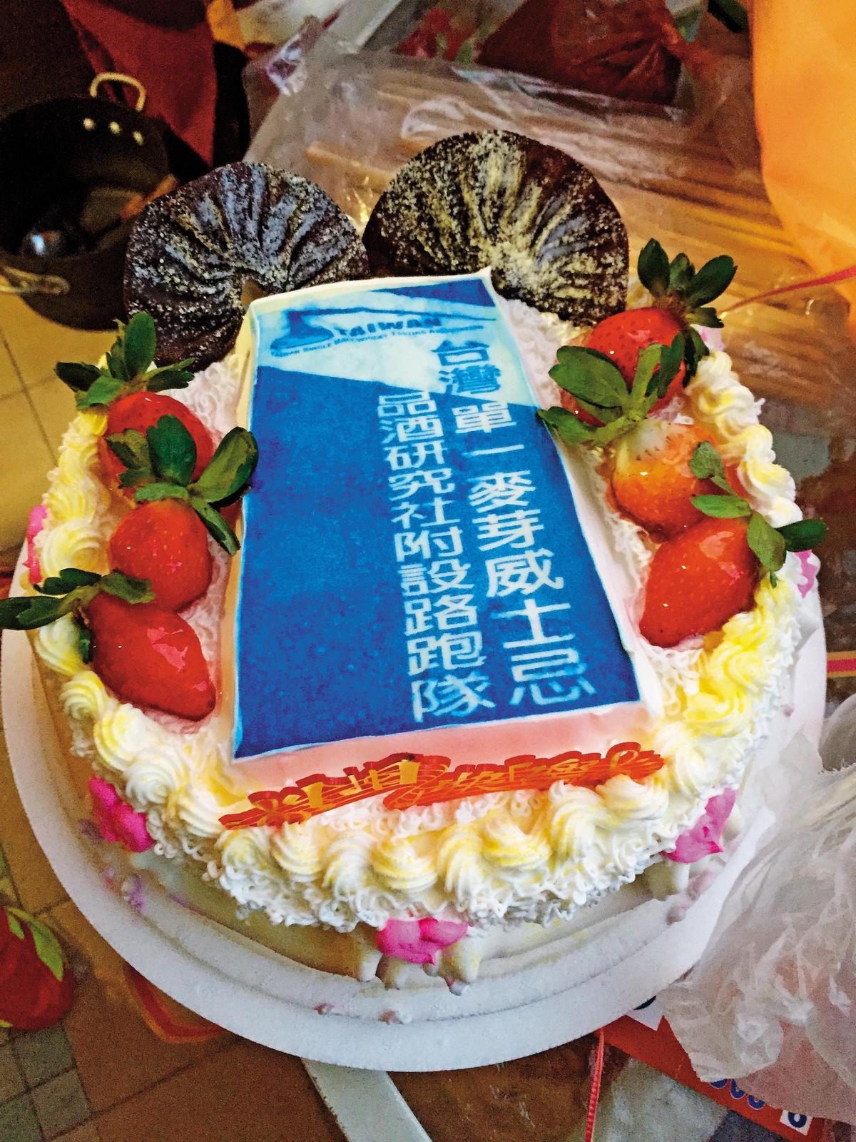 2015年11月22日東吳超馬接力賽,隊員製作社旗與蛋糕。