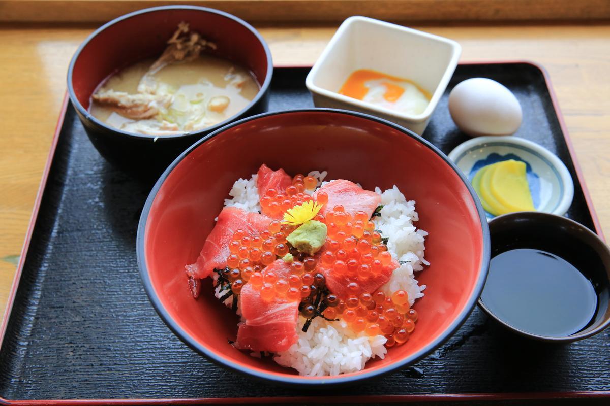 「中鮪肚鮭魚卵丼」鮪魚搭配鮭魚卵,好吃到完食。(1,500日圓/份,約NT$412)