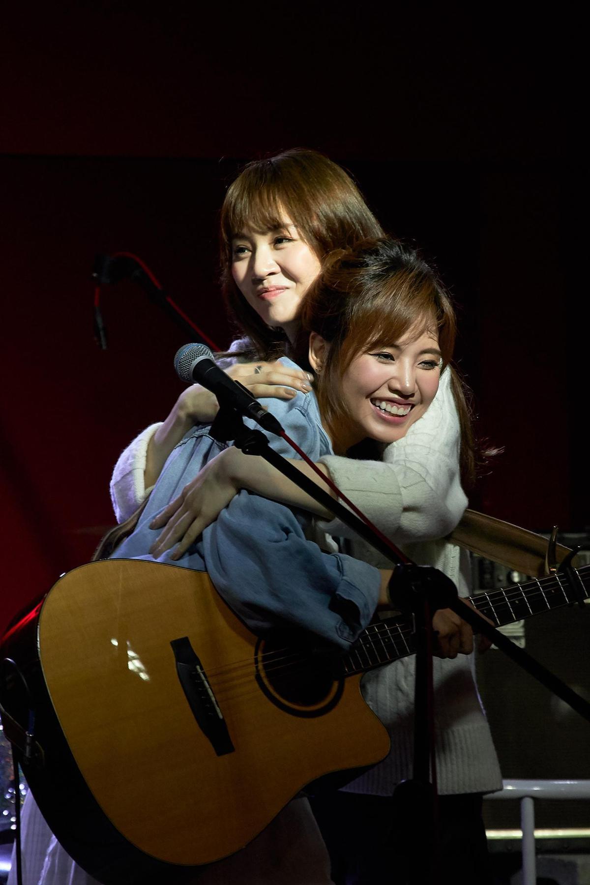 王笠人陪吴汶芳和全场大合唱〈孤独的总和〉还送上大拥抱,气氛感人。(福茂唱片提供)