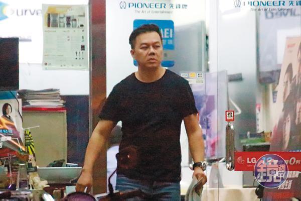 黃若薇與保時捷凱燕哥(圖)相約在寰宇電視台前碰面,二人在路邊招計程車。