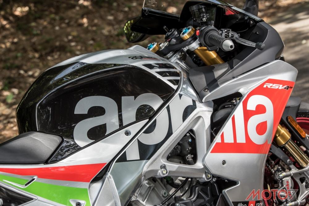 車側的APRILIA字樣自油箱延伸至整流罩。