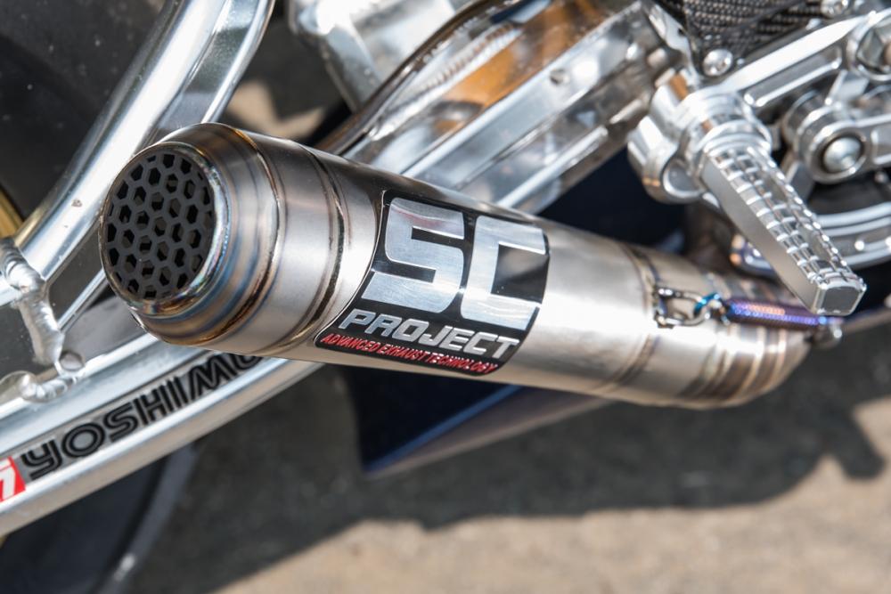 特製鈦合金排氣管貼上今年HONDA 的排氣管贊助商SC PROJECT logo。