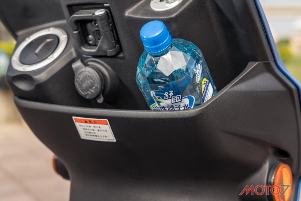 前置物空間能容納800cc的寶特瓶。