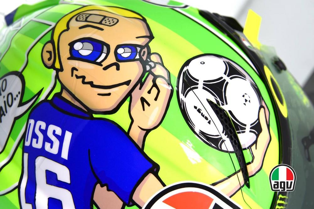 Rossi 穿上一身藍色的足球衣,正是義大利國家隊的代表色。