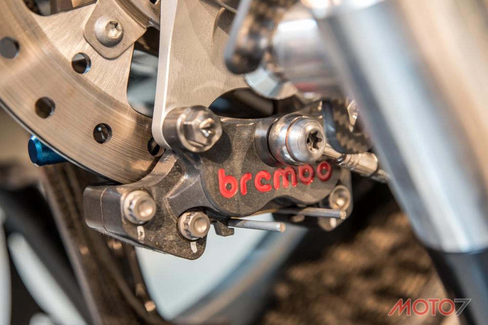 後卡鉗為Brembo CNC對四活塞製品。