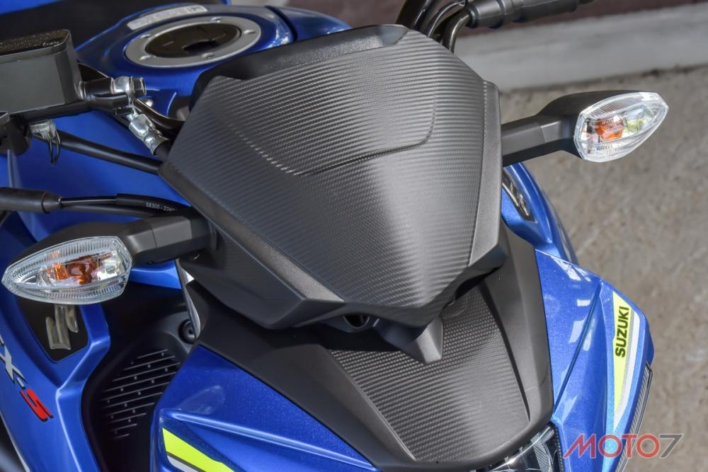 GSX-S150搭配的是壓有碳纖紋路的小風罩。