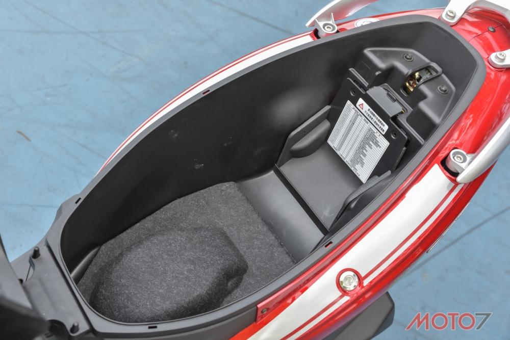 坐墊下的大型置物空間能夠滿足日常使用需求。