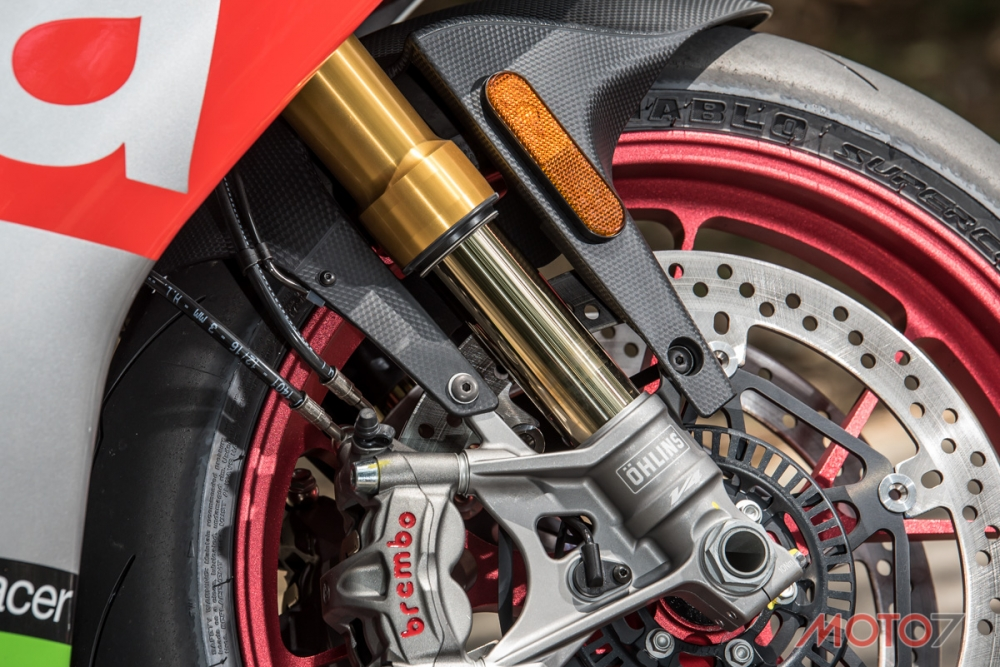 43mm的OHLINS Nix前叉,在下座的部分與前代有相當大的差異。