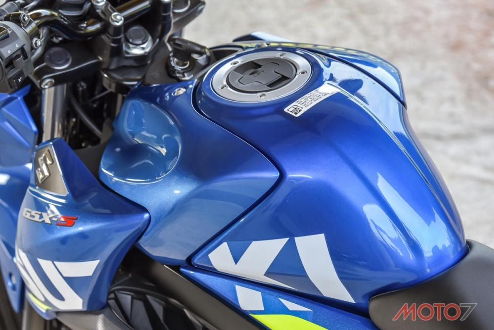 GSX-S150同樣有針對大舵角的油箱外罩設計。