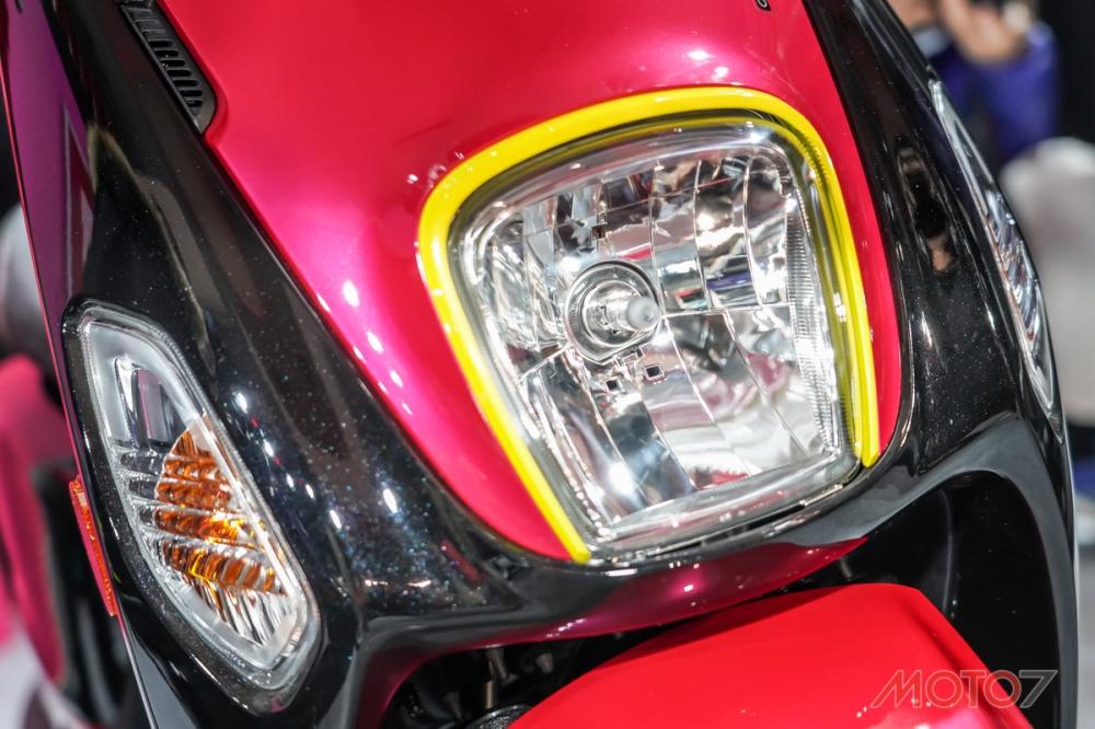 前代的方向燈置於前斜板上方,這次則下移到大燈的兩側。
