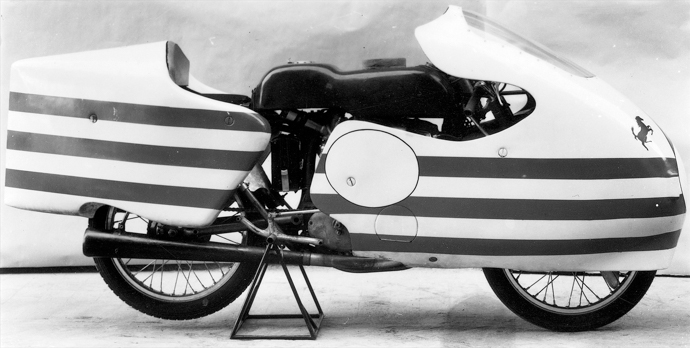 125 Desmo罕見地採用三凸輪軸的設計。