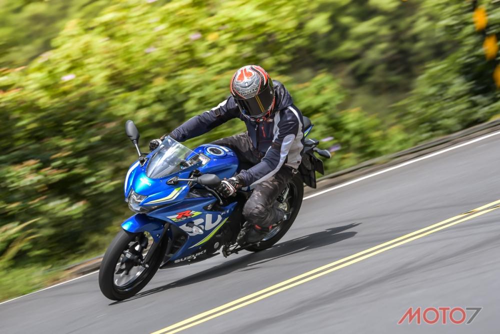 騎著GSX-R150過彎,帶入一些重心轉移會讓過彎更為順暢。