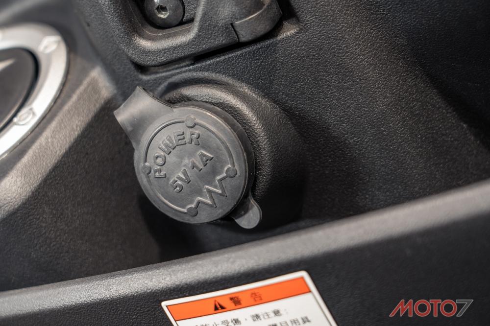 USB車充還有貼心的防水套設計。