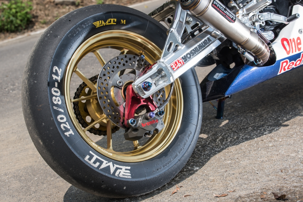 後輪換上全熱熔光頭胎,搭配Brembo CNC 對二活塞卡鉗,充分強化運動性能。