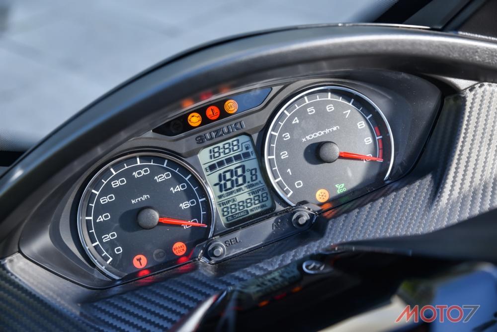 雙環儀錶板搭配中央液晶資訊幕。