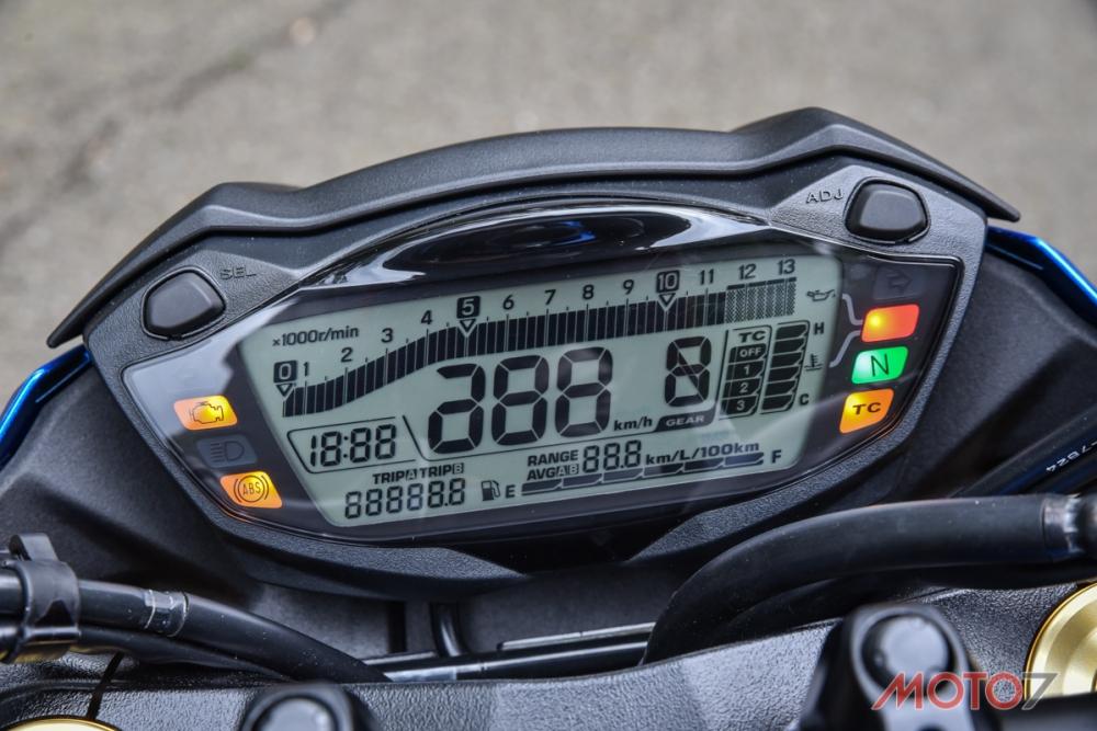 原廠儀錶已經把5千轉的動力輸出帶和最大馬力的萬轉做了記號。