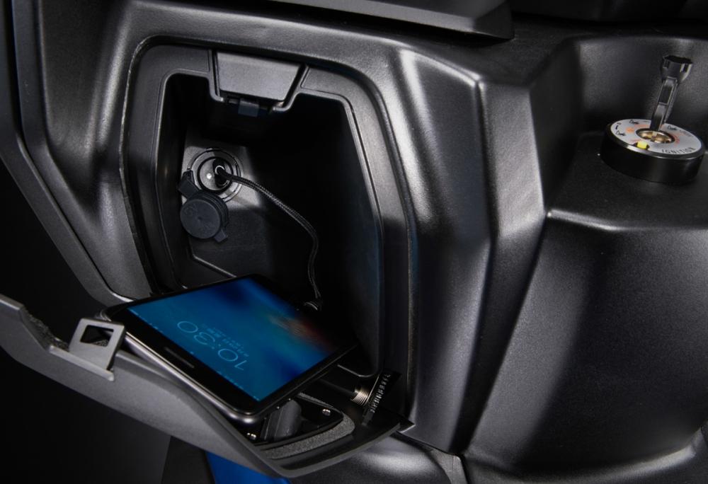 左側手套箱中有USB供電座,隨時為3C產品供電。