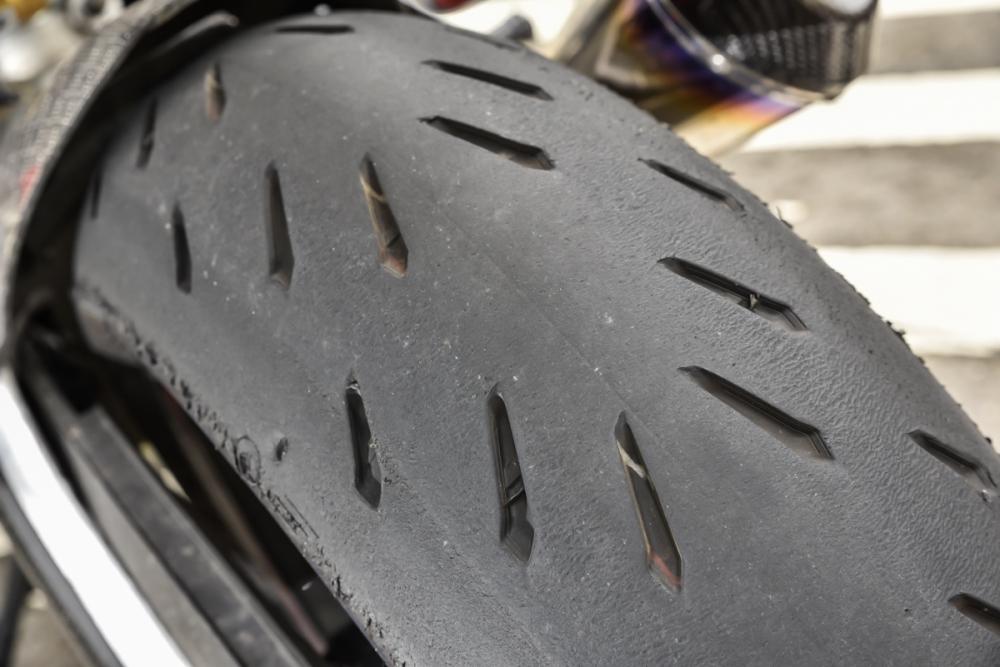 POWER RS 與MICHELIN 頂級運動胎胎紋有著類似的設計。
