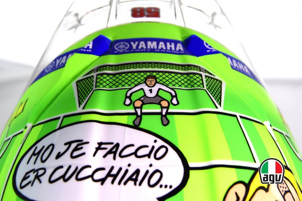 Mo je faccio er cucchiaio是Rossi好友Totti的名言,以此塗裝來紀念Totti退休。
