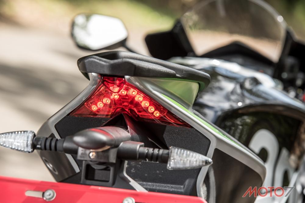 精簡的尾燈營造出俐落的視覺感。