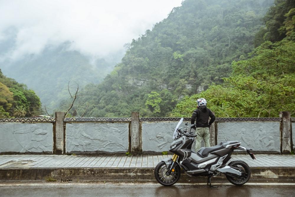 還在欣賞遠處山嵐,其實等等就是會騎到懷疑人生的濃霧山路呀。