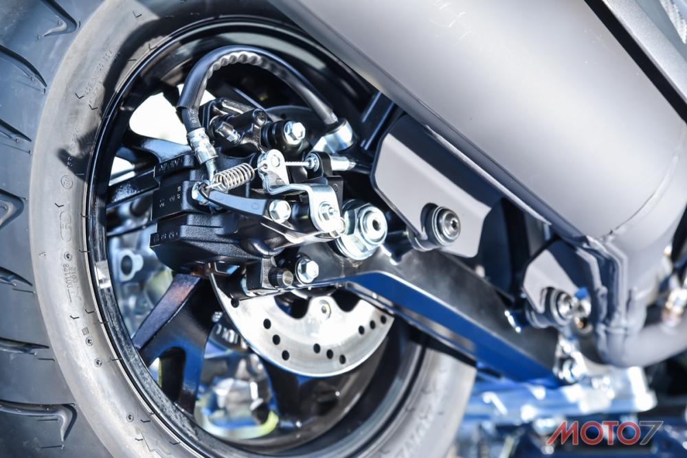 將後煞車卡鉗與手煞車結合一體。