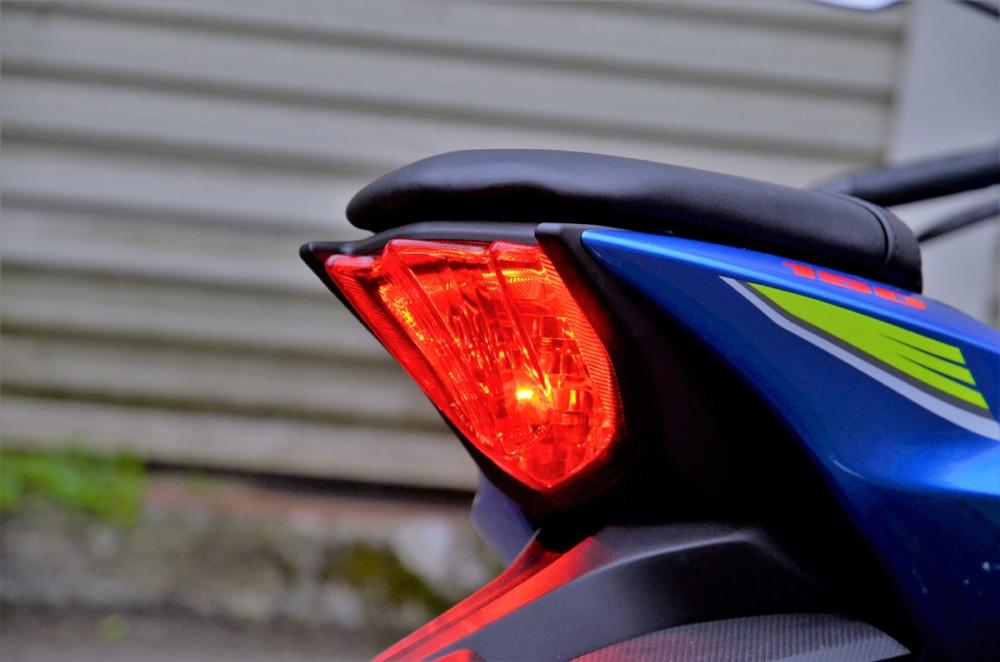 尾燈為一般燈泡設計