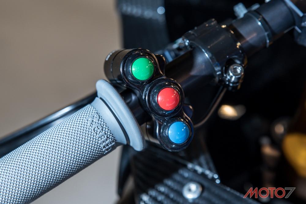 鋁合金打造的競賽人機操控介面。