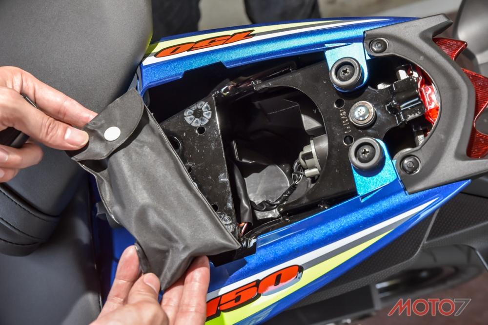 後座置物空間較小,裡面有隨車工具組,並且能進行後尾燈的更換維修。