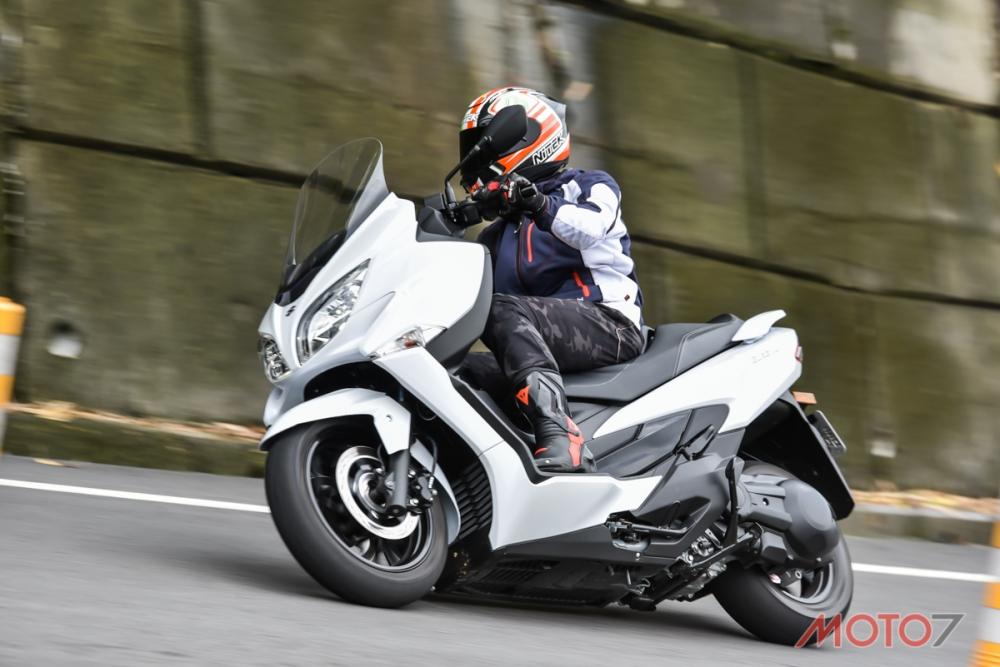 BURGMAN 400在騎乘空間方面相當充裕,是一部很適合長途騎乘的車款。