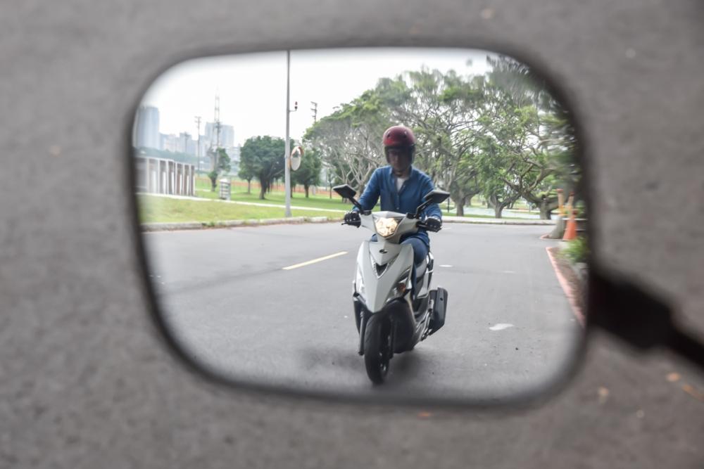 後照鏡的使用,可以讓你更清楚後方車輛的動態。
