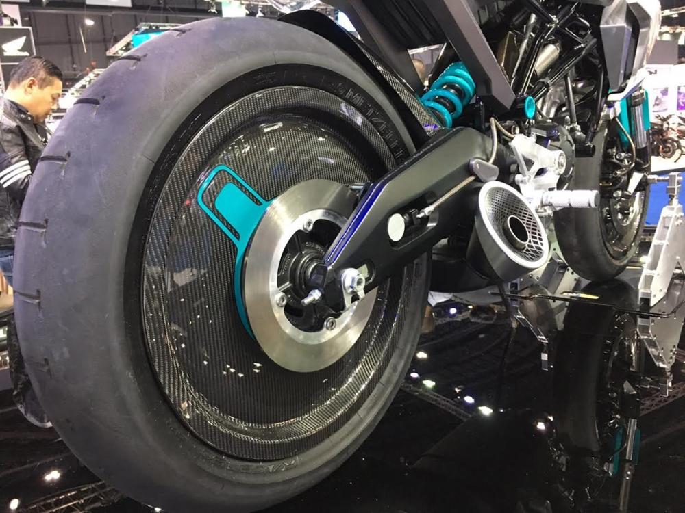 輕量化碳纖維輪框。