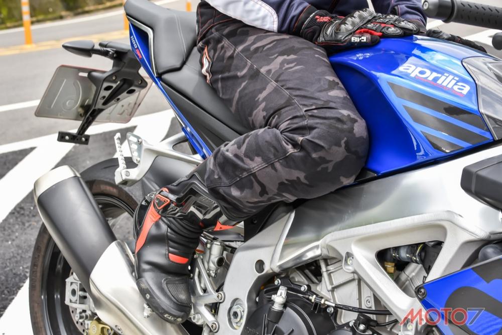油箱與車架寬度介於雙缸與四缸車之間。