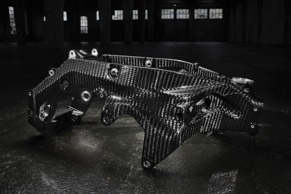 碳纖維製成的車架。