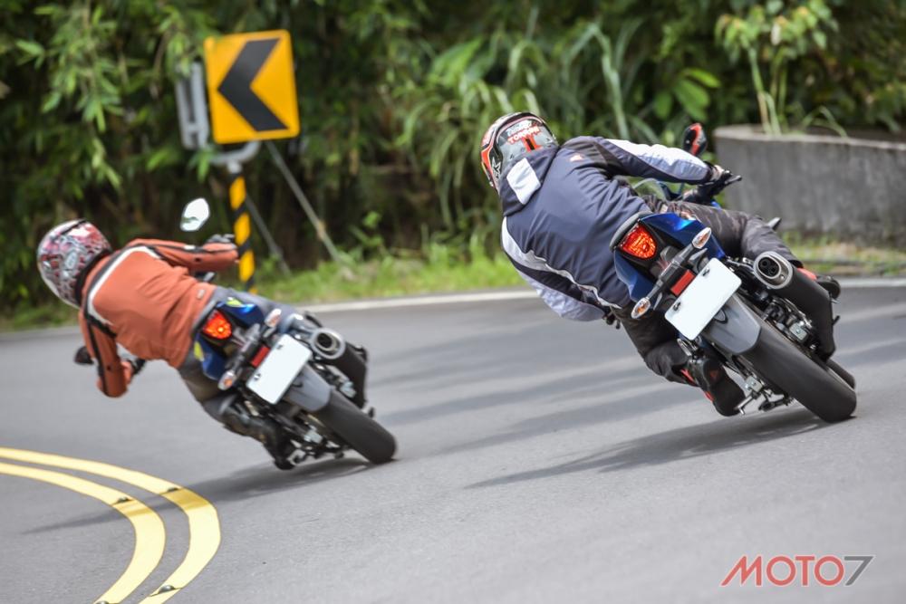 從後方可以觀察兩車騎乘姿勢的不同。