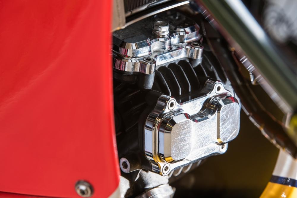 汽缸頭散熱蓋換上鍍鉻套件,顯得更加亮眼。