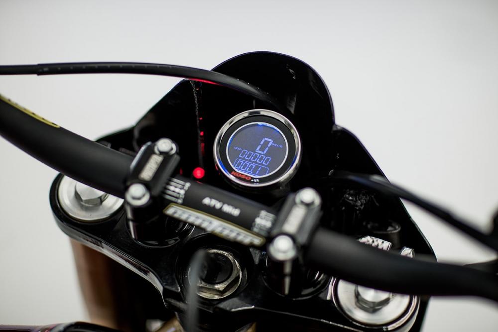 KOSO的冷光全數位儀表,增添了不少科技感。