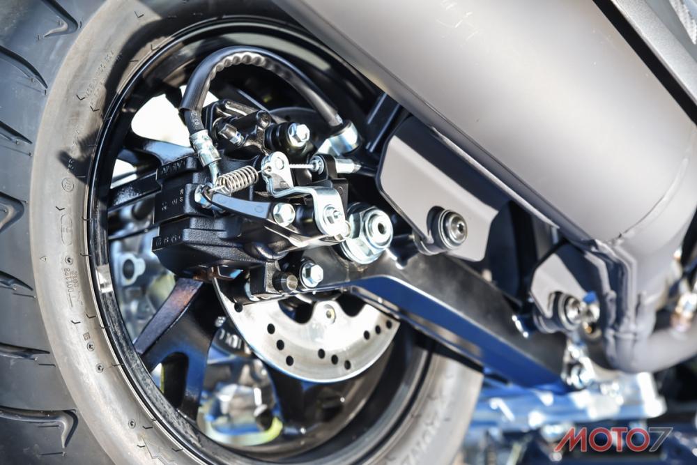 後卡鉗整合手煞車設計,在斜坡時非常方便。