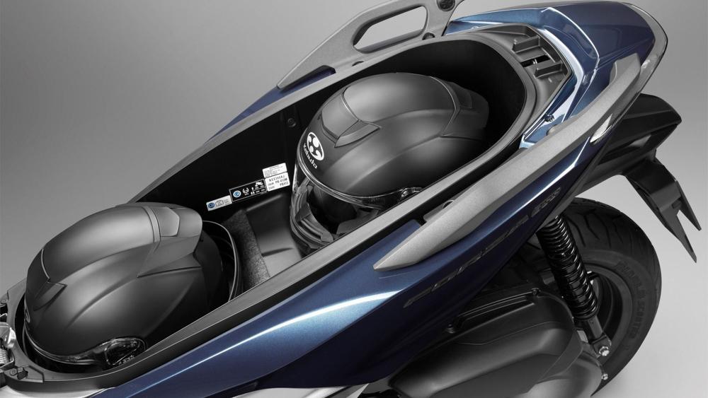 全新的FORZA 300依舊擁有兩頂全罩的容量的大車廂。