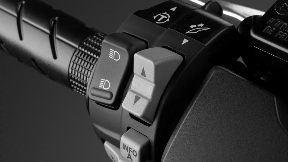 透過左邊把手按鈕,就能做風鏡高低的調整。