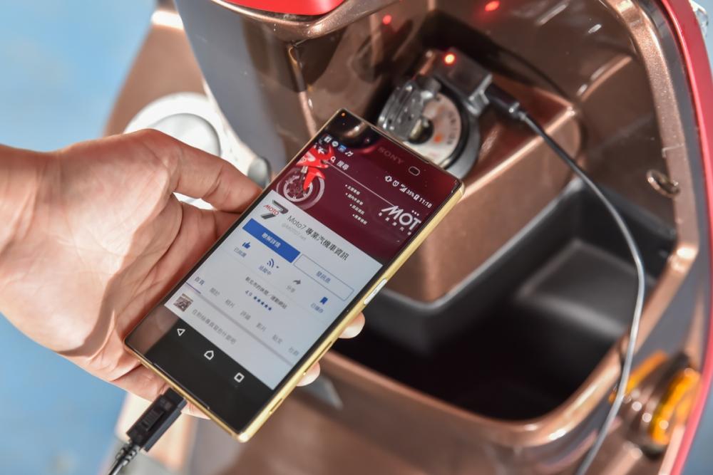 USB 車充設計很方便,但有些騎士會養成邊騎車邊滑手機的壞習慣。