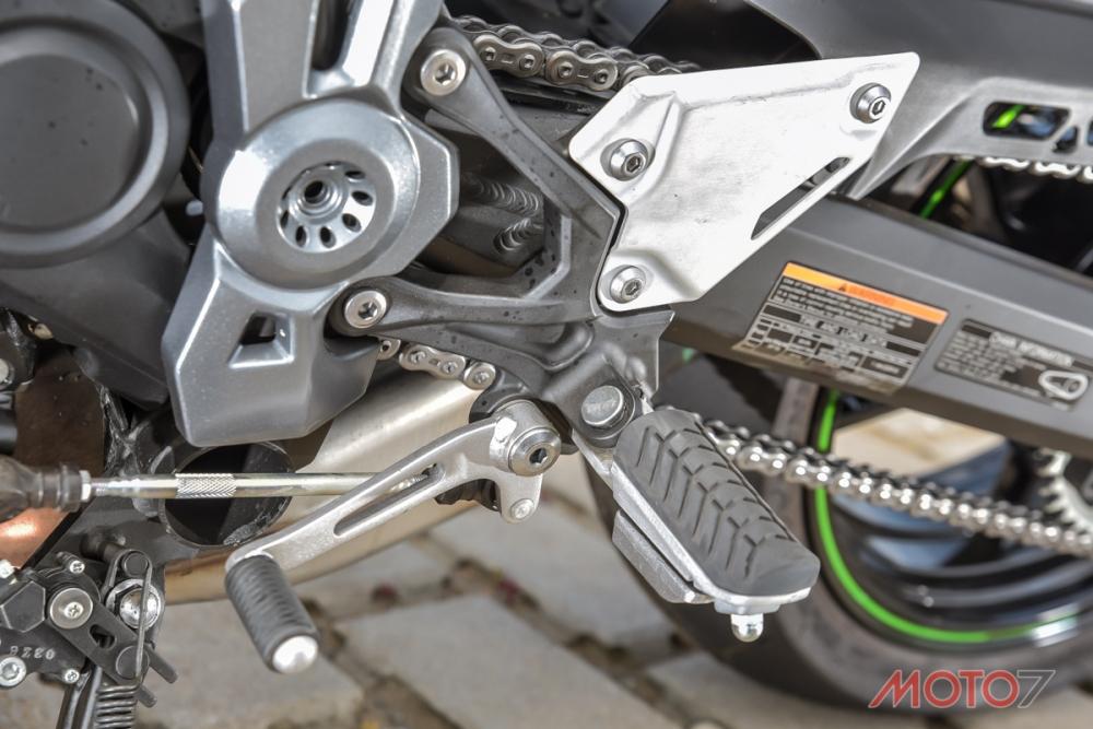 腳踏桿採橡膠墊包覆,增添騎乘上的舒適度。