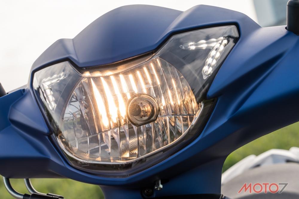 H4頭燈搭配兩側LED定位燈,反射面面積相當大。