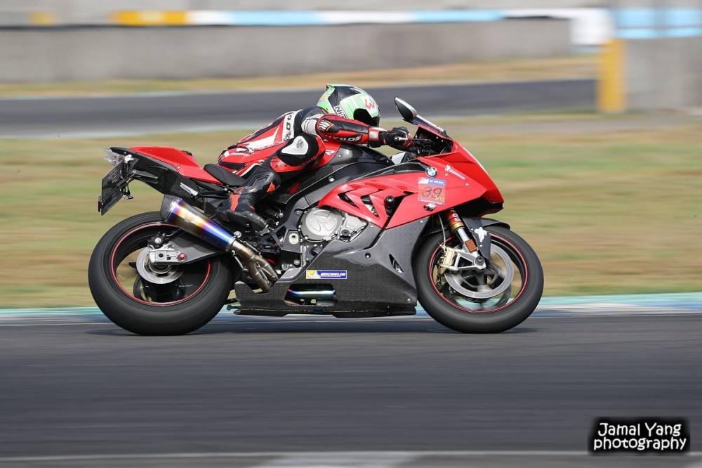 POWER RS 在高速彎的抓地表現與競速胎比,差異並沒有想像中的大。