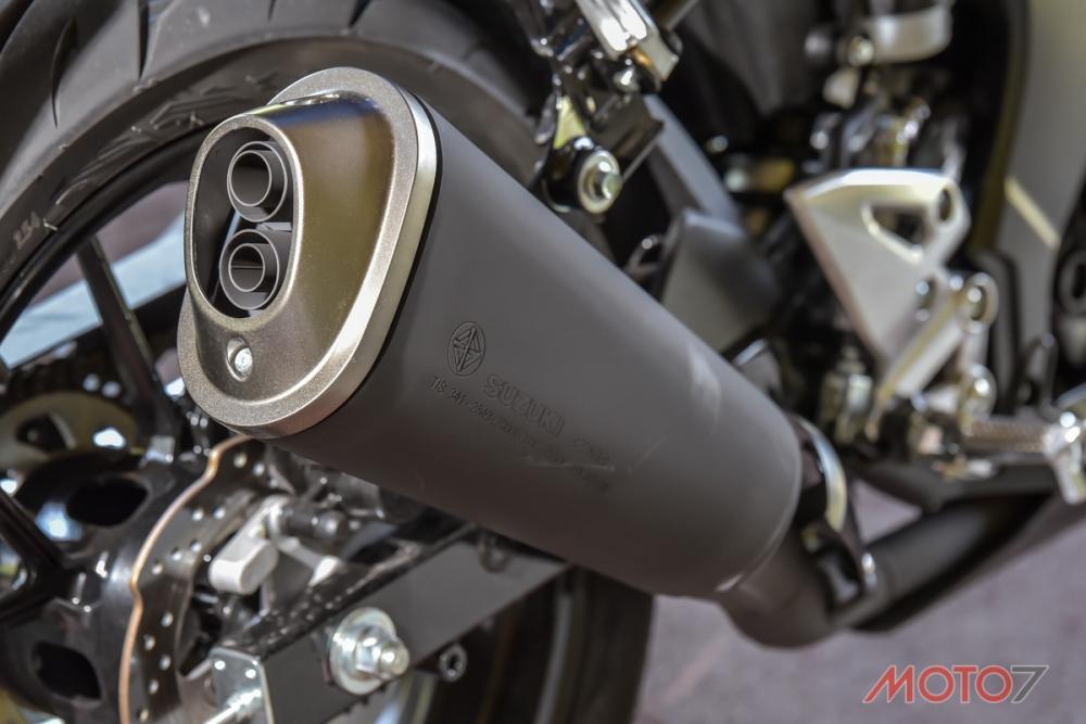 排氣管採用單筒雙出口的設計。