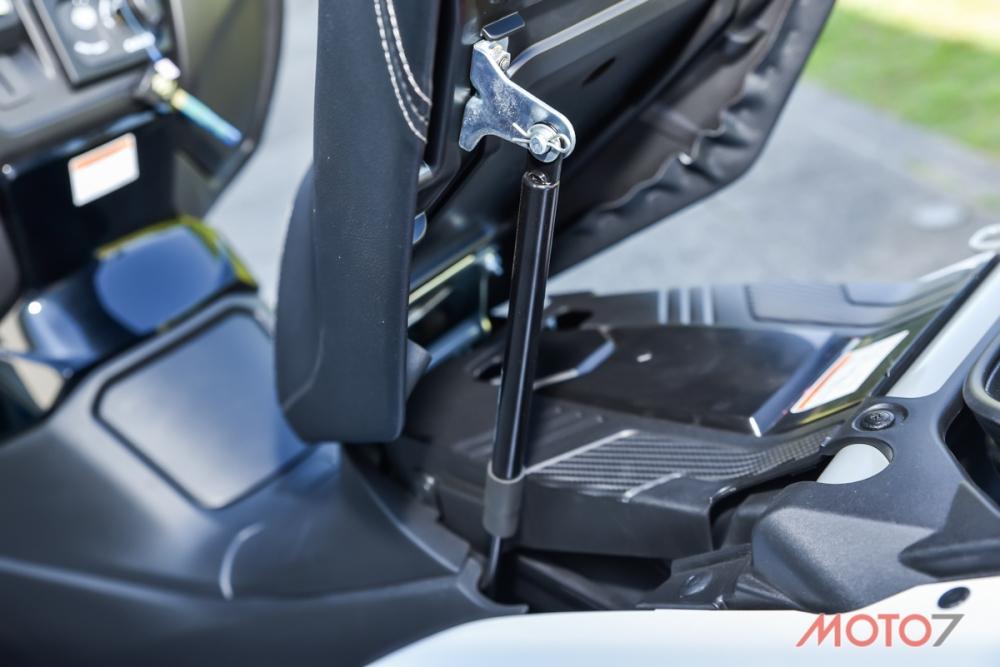 坐墊配有油壓頂桿。